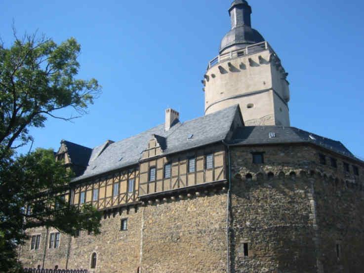 Der Bergfried über Burg Falkenstein