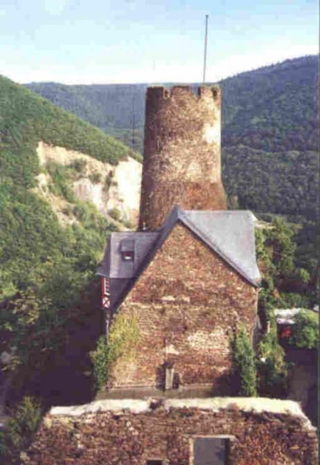 Der Bergfried von Burg Thurant / Foto: Burgerbe.de / Foto oben: Wikipedia / Steffen Schmitz (Carschten) / CC-BY-SA 3.0