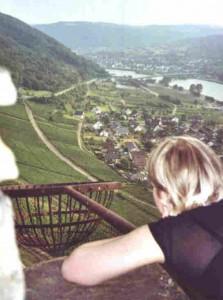 Vom Burgturm hat man einen tollen Blick über das Moseltal. Der Korb war dafür gedacht, Feuerzeichen zu geben.