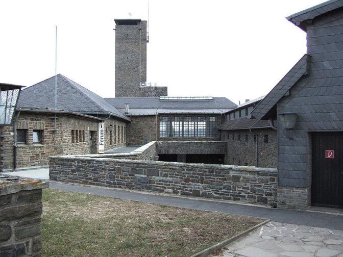 Alle Fotos der Burg Vogelsang stammen von Wikipedia/Hans Weingartz (veröffentlicht unter Creative Commons Lizenz
