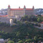 Hochhäuser vor Burg Bratislava?