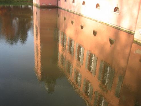 Schloss Kalkum: Spiegelbild im Wassergraben