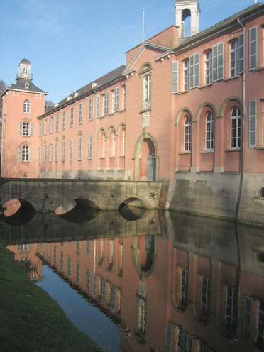 Schloss Kalkum steht zum Verkauf: Die Brücke zum Eingang / Fotos: Burgerbe.de