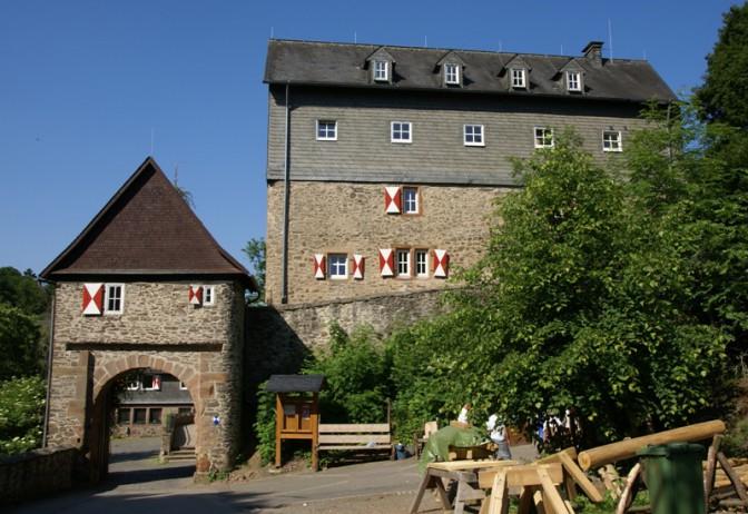 Burgtor und Hauptgebäude der Burg Hessenstein / Foto: Wikipedia / Otter / CC-BY.SA 3.0 / Foto oben: Wikipedia / Pimpernella / CC-BY-SA 3.0