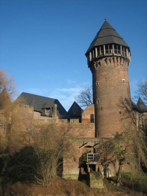 Der Blick auf die wiederaufgebaute Burg Linn.