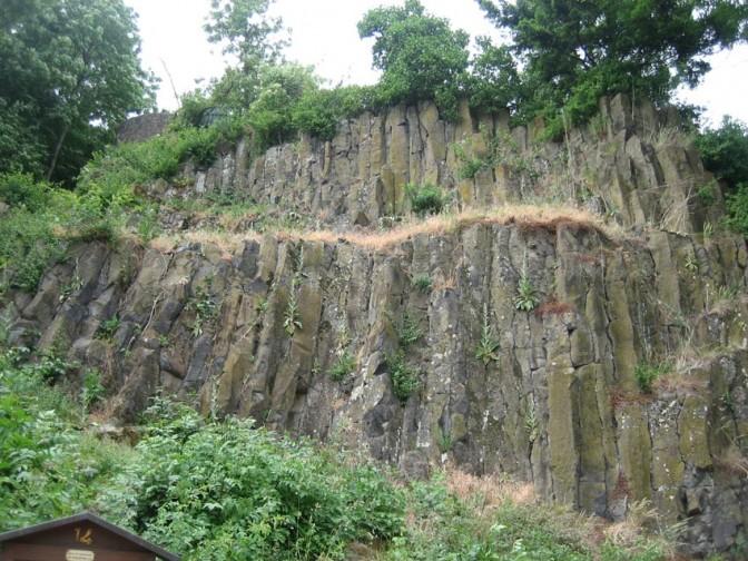 Die Basaltkegel am Fuß der Veste Otzberg