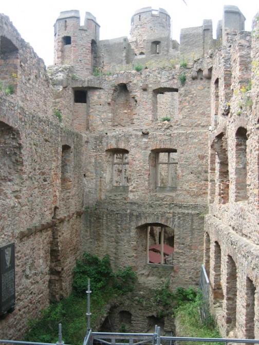 Der heutige Innenhof der Ruine des Auerbacher Schlosses bestand früher aus einem Saal und mehreren Etagen mit Zimmern.