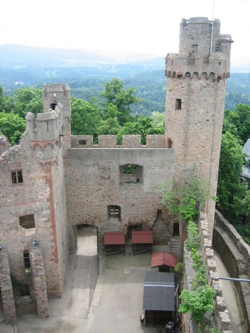 Blick ind en Hof der Ruine des Auerbacher Schlosses