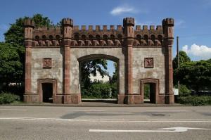 Bis heute erhalten: Das Karlsruher Tor / Foto: Wikipedia / Martin Dürrschnabel / CC-BY-SA-3.0