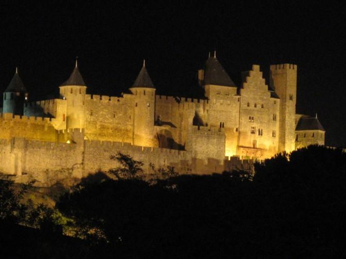 Nachts werden die Festungsmauern von Carcassonne angestrahlt. / Foto: Burgerbe,de