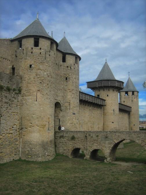 Die restaurierte Burg von Carcassonne. Rechts neben dem Tor steht der so genannte Obergaden-Turm