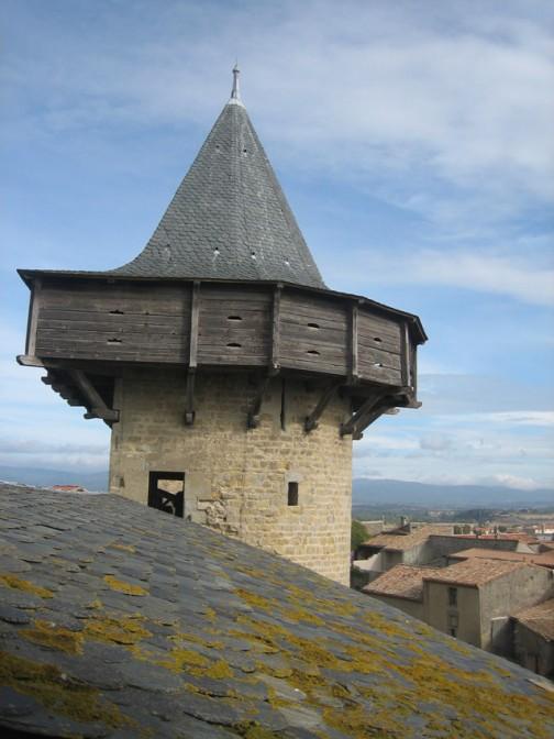 Der Obergaden-Turm aus der Nähe. Aus dem hölzernen Vorbau heraus hatten Bogenschützen ein hervorragendes Schussfeld
