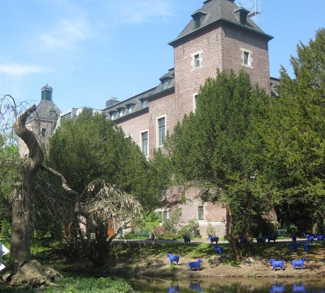Im Park tummet sich Kunst, zum Beispiel eine Blauschafherde (unten rechts)