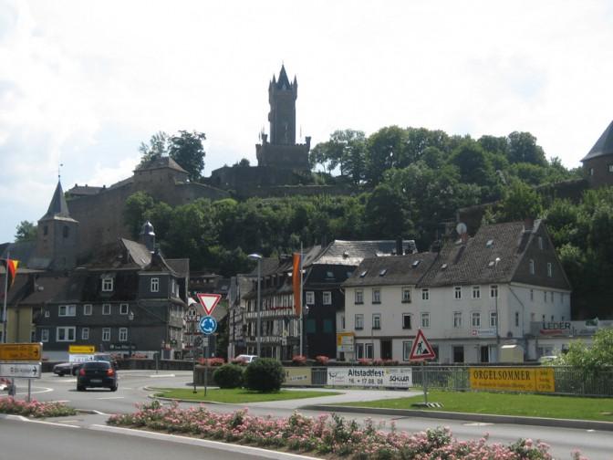 Blick von der Einfahrt nach Dillenburg aufs Schloss