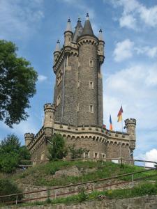 Der Wilhelmsturm über den Kasematten von Schloss Dillenburg (Foto: Meins / Bild oben: Wilhelm von Oranien in jungen Jahren / gemeinfrei)[/caption]