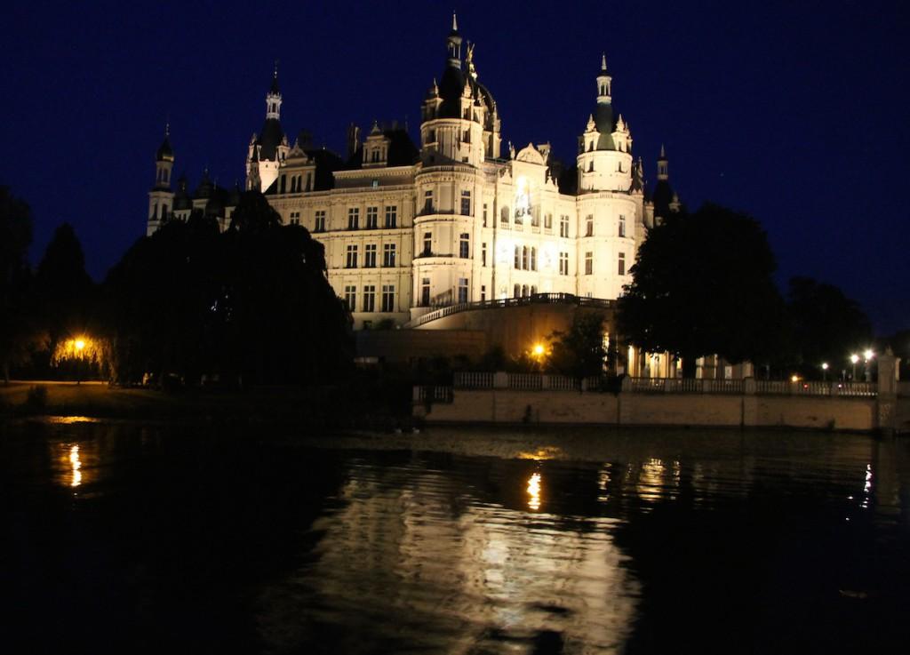 Das Schweriner Schloss bei Nacht.