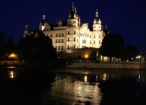 Leuchten lohnt: Das Schweriner Schloss bei Nacht.