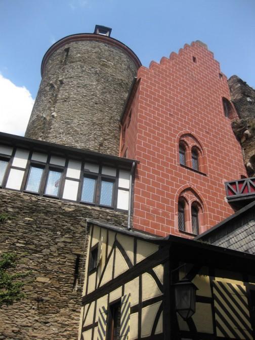 Die Schönburg am Rhein - hier der Hoteltrakt (Palas) und der Barbarossaturm / Fotos: Burgerbe.de