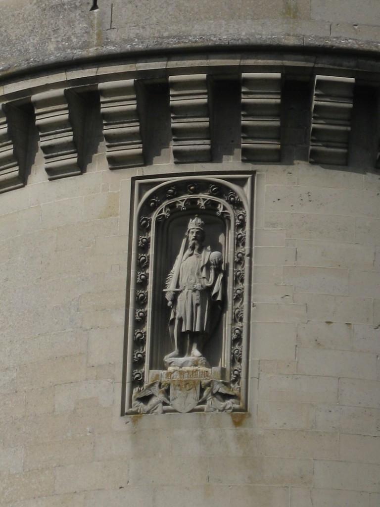 Chateau Pierrefonds: Skulptpur in der Turmfassade