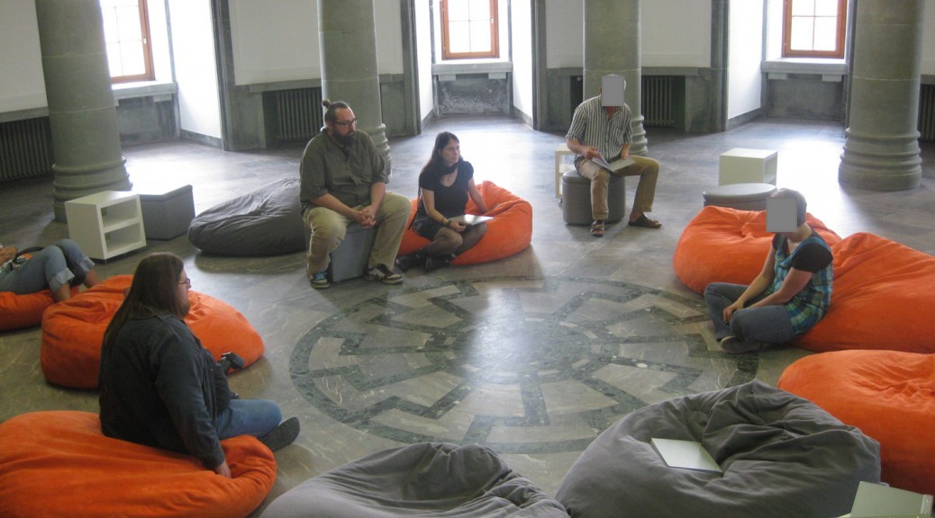 """Bequem Sitzen ist im """"Obergruppenführersaal"""" mit der """"Schwarzen Sonne"""" ausdrücklich erwünscht."""