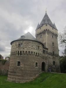 Schloss Hülchrath: Der Turm ragt hoch in den niederrheinischen Himmel