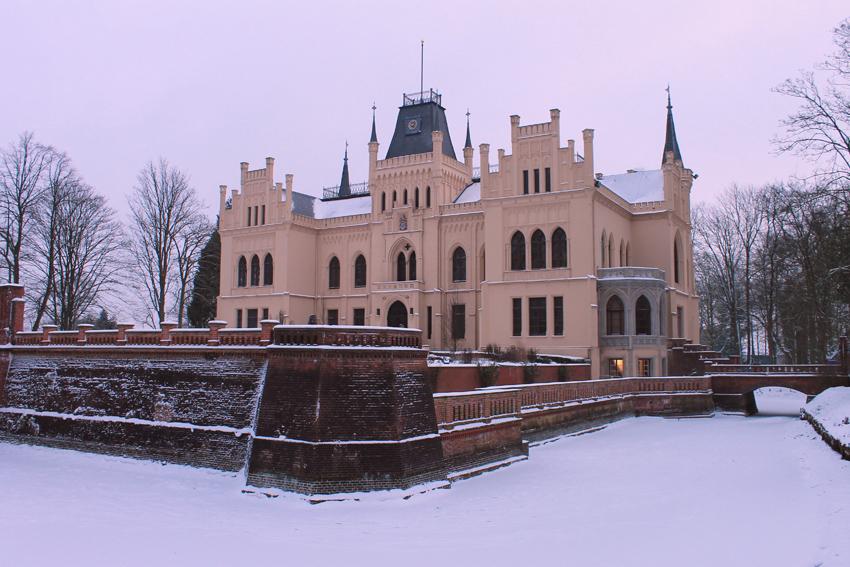 Evenburg mit zugefrorenem Wassergraben