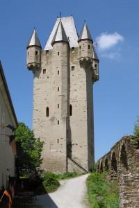 Der mächtige Bergfried von Burg Nassau Foto: Wikipedia/Johannes Robalotoff