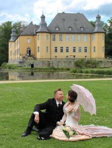 Tobi und Yvonne kurz nach der Trauung vor der Kulisse von Schloss Dyck