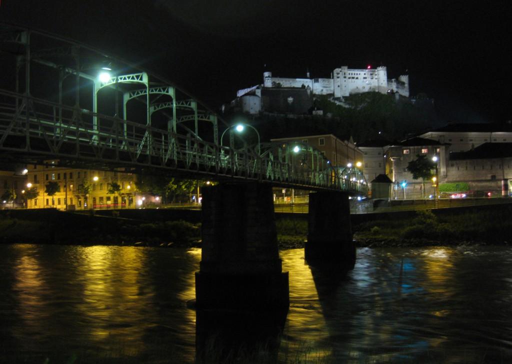 Blick von der Salzach aus. Nachts wird die Festung angestrahlt.