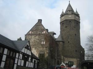 Burg Altena: Im Burghof soll der Erlebnisaufzug enden / Foto: Burgerbe.de