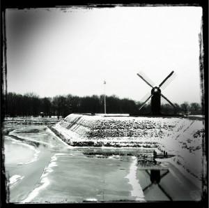 Festungswall und Windmühle von Bourtange im Winter