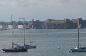 Blick auf einen U-Boot-Bunker in Lorient