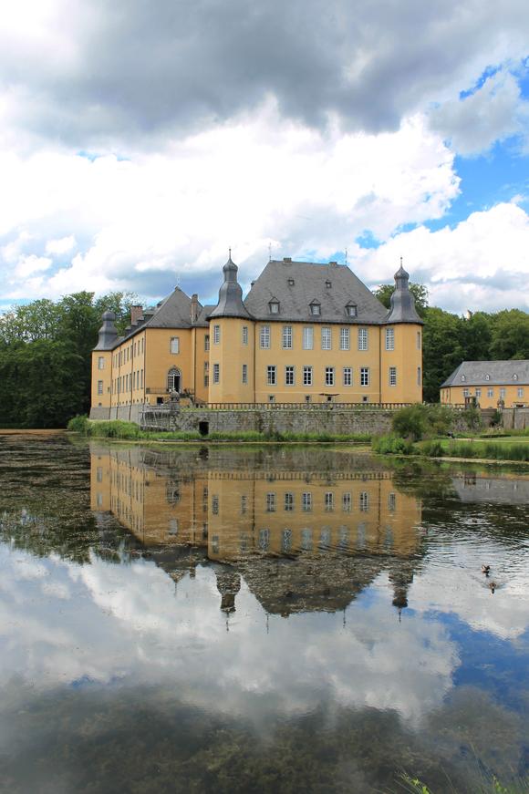 Schloss Dyck spiegelt sich