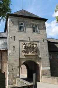 Der prunkvolle Eingang mitsamt Wappen stammt aus wilhelminischer Zeit.