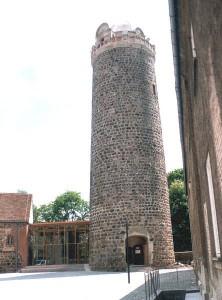 """Burg Ziesar: Turm mit """"Bischofsmütze"""" / Foto: Wikipedia/Norbert Radtke"""