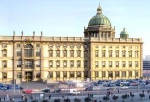 mit Kuppel Das wiederaufgebaute Berliner Stadtschloss mit Kuppel  (Computersimulation) / Bild: Wikipedia/eldaco