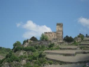 Burg Gutenfels hoch über dem Rhein bei Kaub
