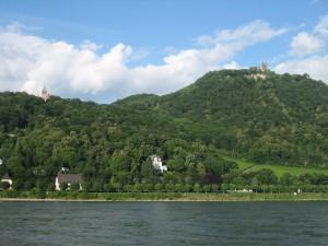 Drachenburg (rechts) und Ruine Drachenfels vom Schiff aus gesehen