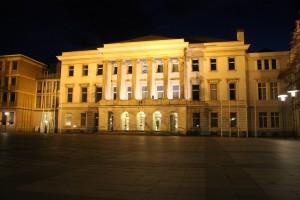 Nachts wird das Krefelder Rathaus angestrahlt