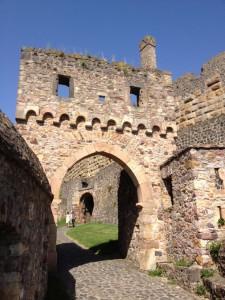 Burg Münzenberg: Das romanische Mitteltor wurde von einem eigenene Batterieturm geschützt