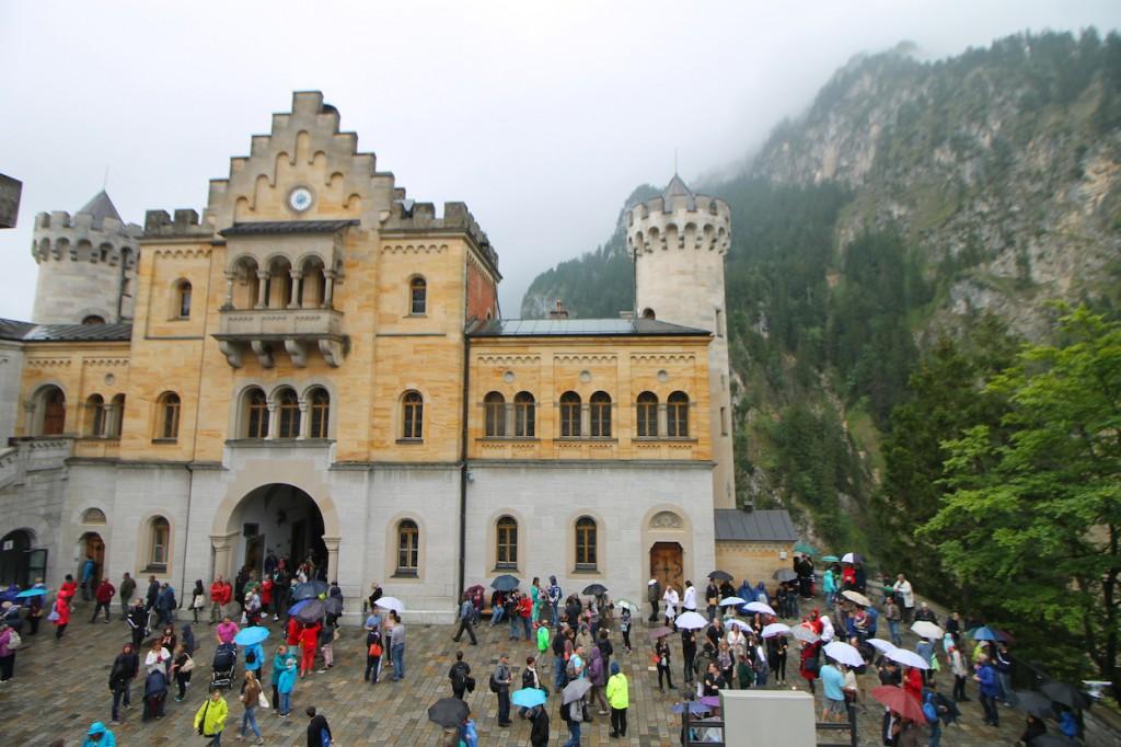Touristen auf Schloss Neuschwanstein: Ansturm auch bei Regen / Foto: Burgerbe.de