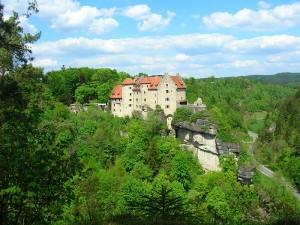 Blick von Süden auf Burg Rabenstein / Foto: Wikipedia/Sven-121