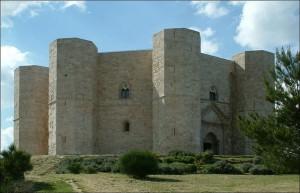 Eines der bekanntesten mittelalterlichen Achteck-Bauwerke: Castel del Monte in Apulien / Foto: Wikipedia/Travus