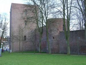 Die Erkelenzer Burg mit dem Hexenturm: Das Dach ist undicht. Foto: Wikipedia/Bodoklecksel