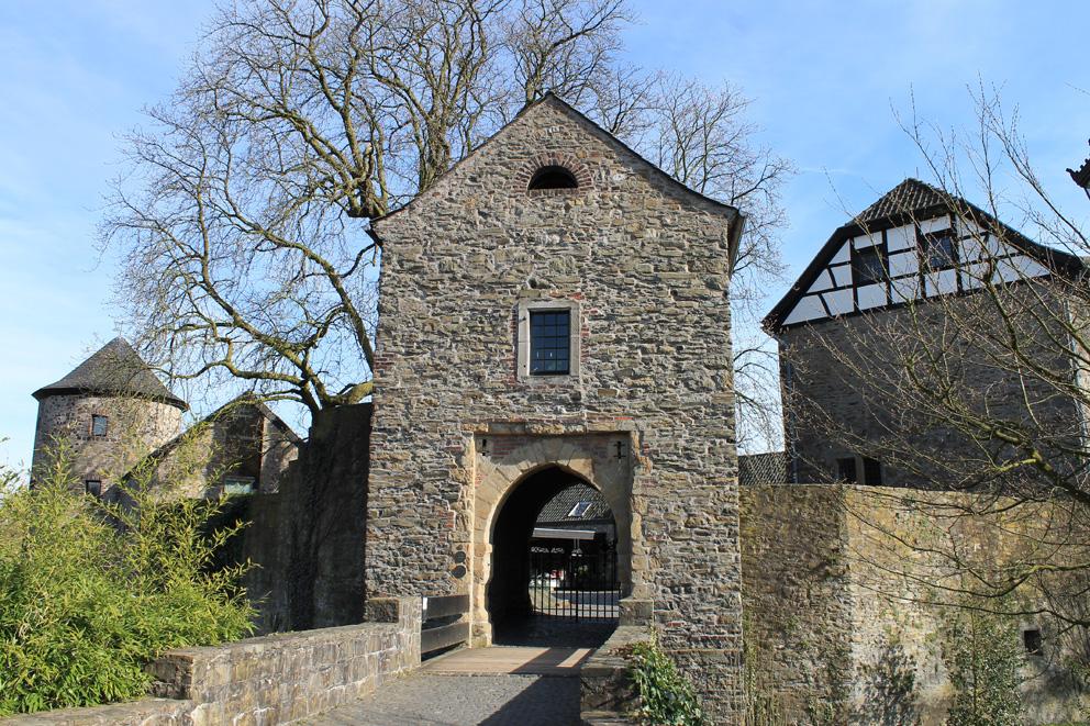 Das Tor zur Vorburg war früher durch eine Zugbrücke gesichert