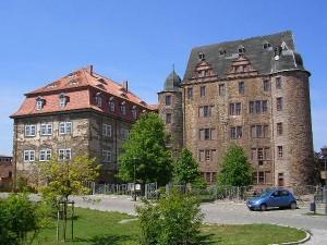 So sah Schloss Heringen 2005 aus, vor Beginn der Fassaden-Sanierung /Foto: Wikipedia/GFHund