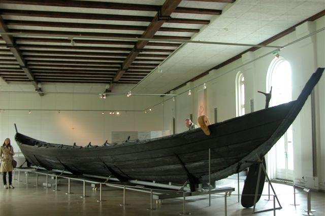 Das Nydamboot auf Schloss Gottorf / Foto:  Wikipedia/Erik Christensen