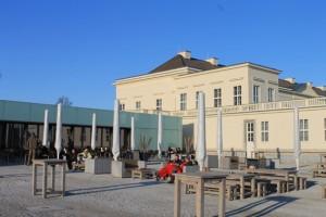Blick von der Terrasse der Schlossküche auf Schloss Herrenhausen