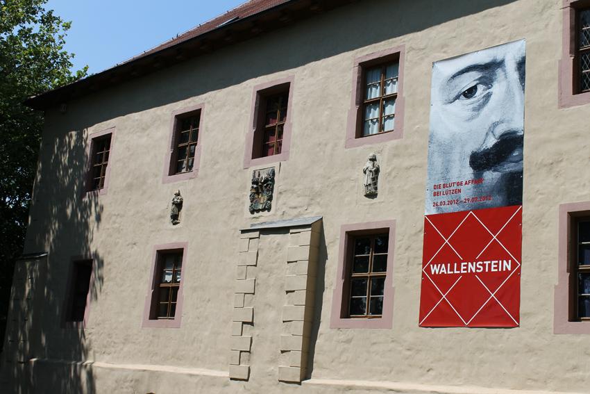 Schlossfassade mit Logo der Wallenstein-Ausstellung