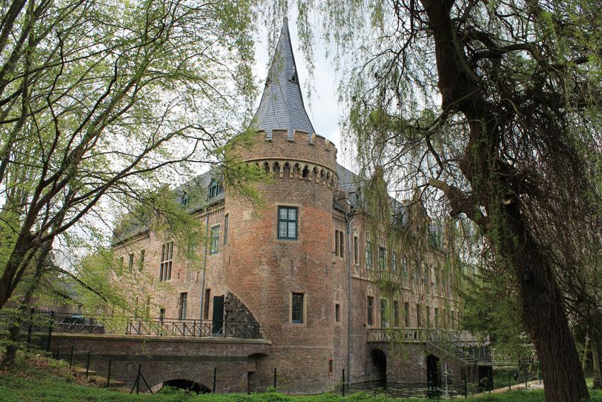 Viele Burgen locken nach NRW: Zum Beispiel Schloss Paffendorf an der Erft: Jetzt Informationszentrum von RWE Power